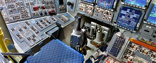 360-degree virtual tour of the Space Shuttle Discovery ...