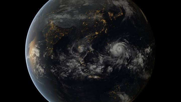 Typhoon Haiyan approaching the Philippines (13:00 UTC 07/11/2011). Image captured by the geostationary satellites of the Japan Meteorological Agency and EUMETSAT.