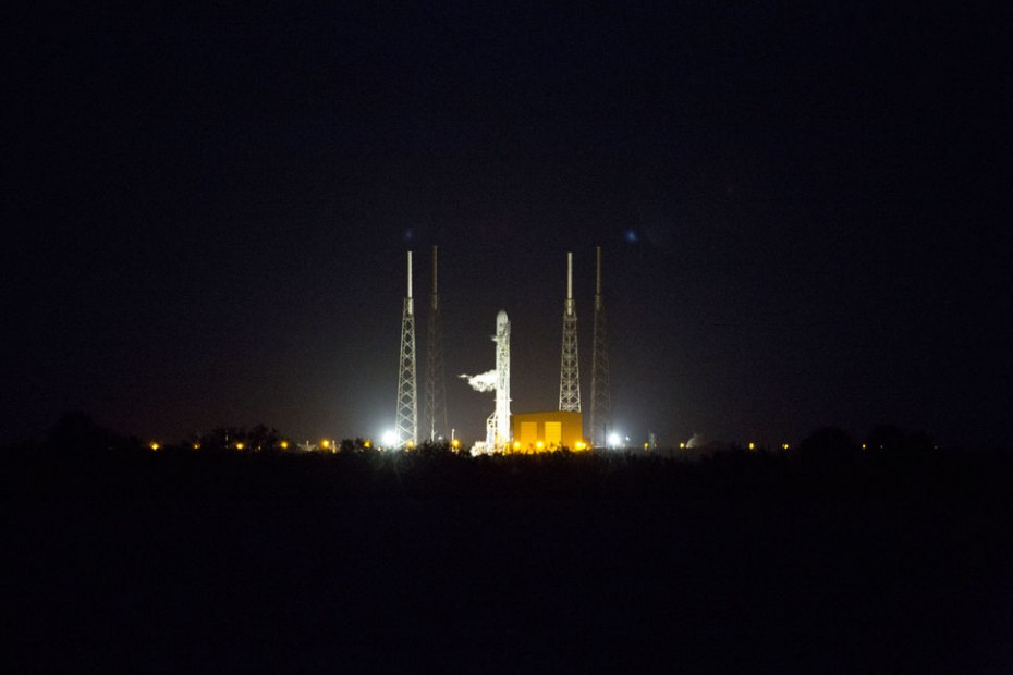 falcon_9_on_pad_from_causeway_31_0_0