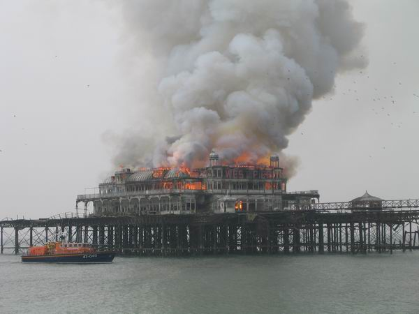 West_Pier_fire_with_boat_20030328
