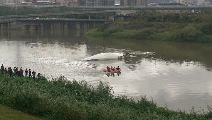Taiwan's Central News Agency released a picture of the plane that crashed into a river in New Taipei City. --PHOTO: New Taipei City Fire Department